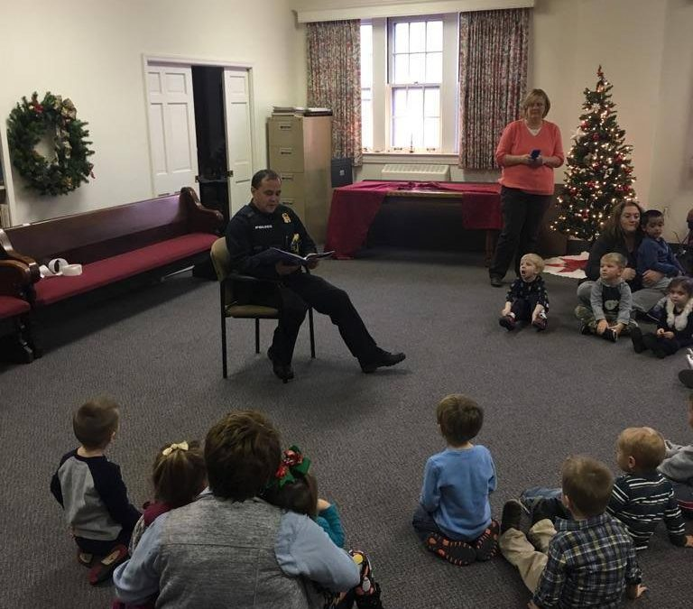 Cumberland City Police Shop Steward Jeremy Hedrick Reads to Young Students